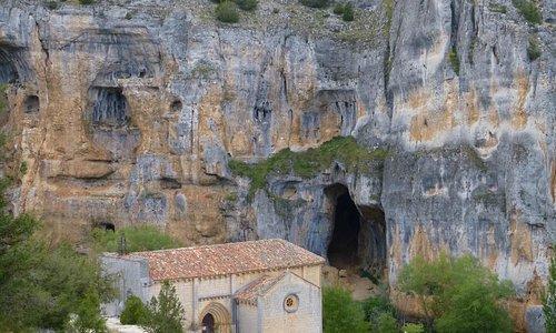 Ermita y cueva en el cañón del rio Lobos