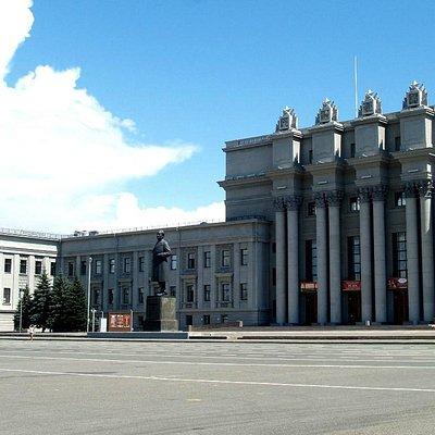 Teatro na parte central da praça