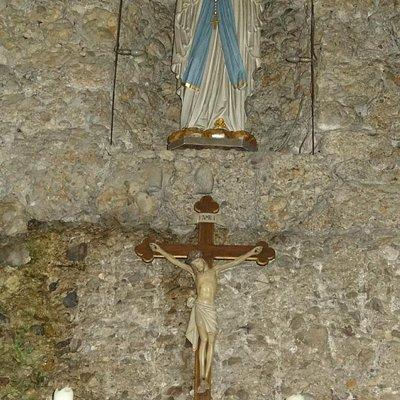 Lourdes Grotte mit Muttergottesstatue