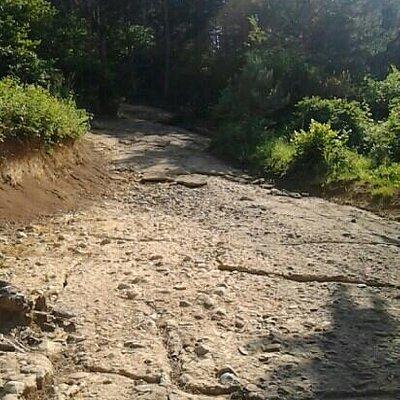 losas arrificiales descubiertas bajo capas de tierra subiendo hacia la cima