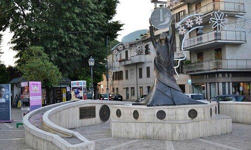 Il monumento in Piazza Cavour
