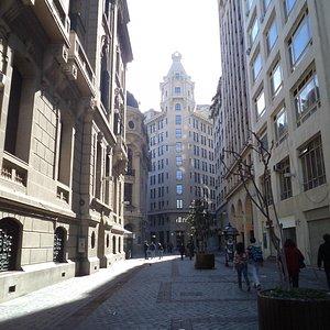 """Santiago de Chile, Edificio de la Bolsa de Comercio. Vista desde """"La Alameda""""."""