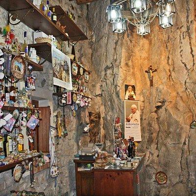 La bottega nella roccia è un negozio specializzato di prelibatezze di Sicilia e prodotti tipici.