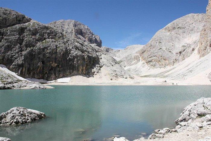 il lago di Antermoia e il Catinaccio sullo sfondo