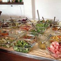 Variedade de saladas e frutas