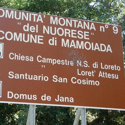 cartello turistico all'ingresso del paese