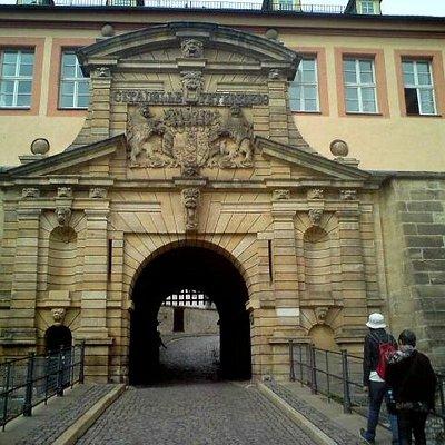 Portal zum Eingang.