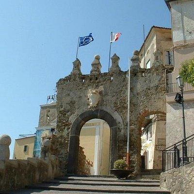 porta storica che da accesso al borgo