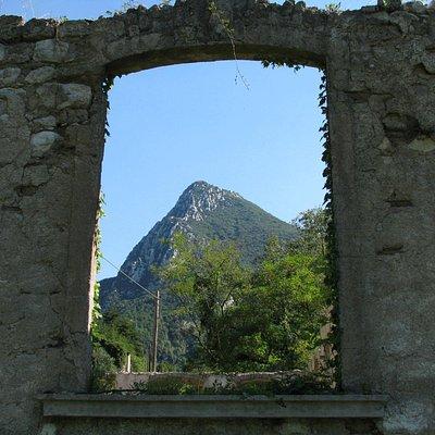 le montagne dalla rovina della cartiera
