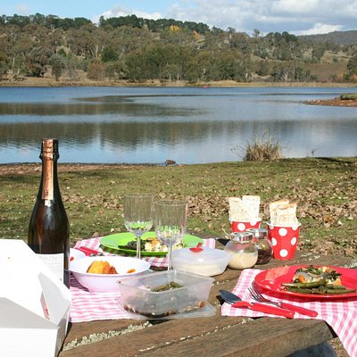 A Completely Hampered Gourmet Picnic at Lake Canoblas, Orange