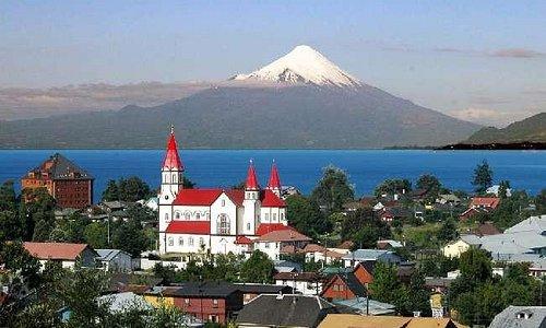 Vista de Puerto Varas e do vulcão Osorno