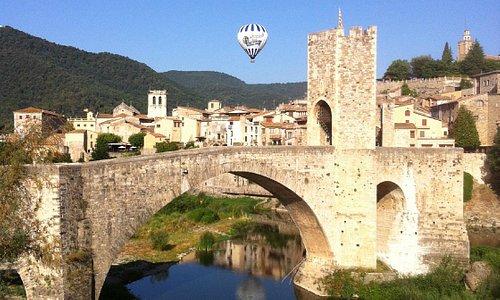 Sobrevolando Besalú / a balloon ride over the medieval town of Besalú