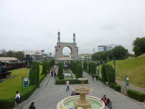 Parque de la Amistad. Se puede apreciar al fondo el Arco Morisco.