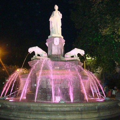 statue marianne avec jets d'eaux lumineux bas de l'esplanade ç Agde