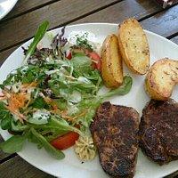 Rinderhüfte vom Allerfeinsten-vom ausgewählten fränkischen Angus-Rind, mit Salatbouquet, Backofe