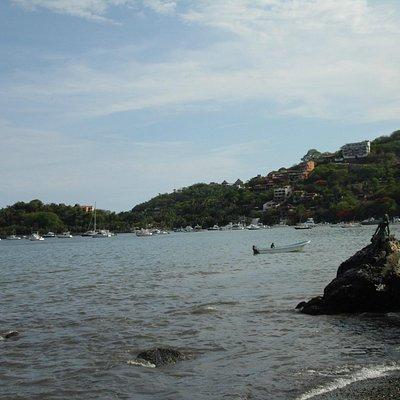 Una toma de Playa Madera a la Bahía de Zihuatanejo...la foto favorece :(