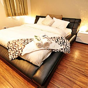 Deluxe King bed Shared bathroom