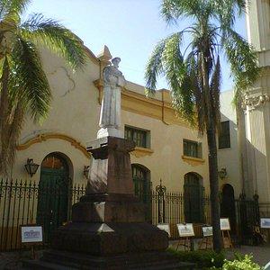 Estatua de San Francisco en el atrio de la iglesia