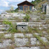 I gradini di accesso alla cella sulla terrazza superiore