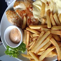 Petto di pollo, formaggio, patatine, con salsa rosa