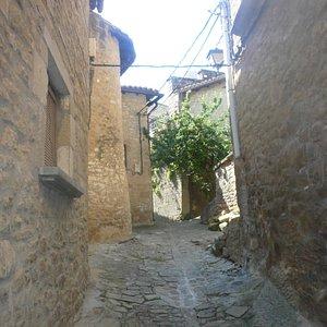 las calles empedradas y la sombra sirven para huir del sol