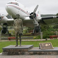 Earhart statue next to the Spirit of Harbour Grace DC-3 aircraft