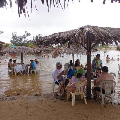 Cadeiras dentro da lagoa