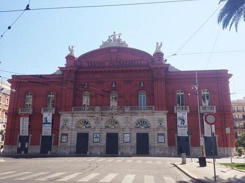 la facciata del teatro Petruzzelli.