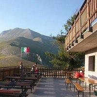 Rifugio degli Alpini e vista del Monte Vettore