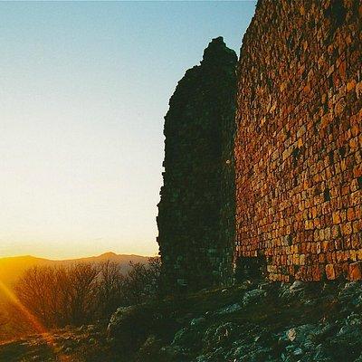 Le mura esterne al tramonto