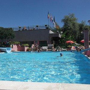 piscina quadrata con scivoli