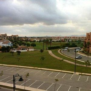 utsikt mot driving range, med hotellet i bakgrunnen