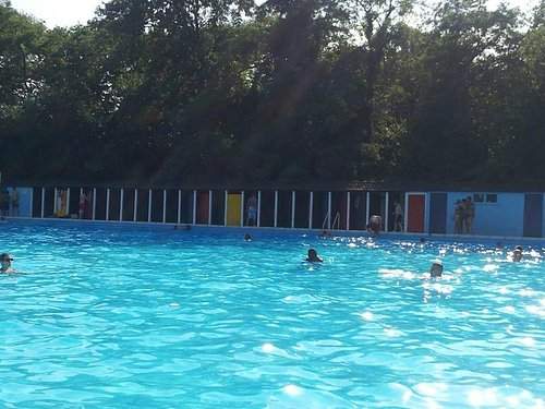 Tooting Lido in the high of summer
