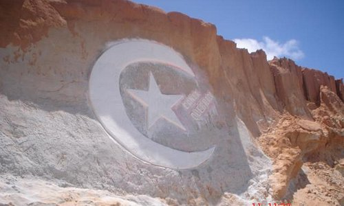 simbolo da praia desenhado nas falesias