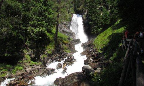 una cascata di acqua purissima