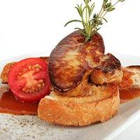 Foie gras poelé sur toast, demi-glace relevée et coulis d'agrumes