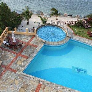 uitzicht op zwembad en zee
