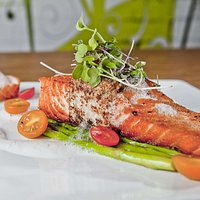 Salmone with steamed asparagus and lemon foam