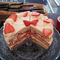 victoria sponge with fresh strawberrys