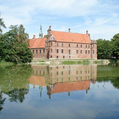 Rosenholm slot ligger smukt med voldgraven og skoven