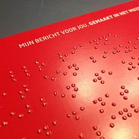 Tenslotte nog een kaartje geschreven in braille (met prikpen en/of typemachine)