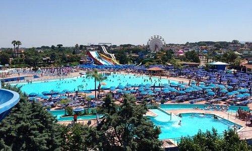 foto panoramica del più grande parco acquatico del sud Italia