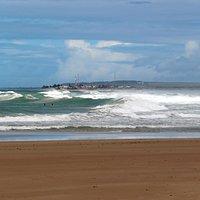 Fora dos arrecifes, ondas para surfistas.