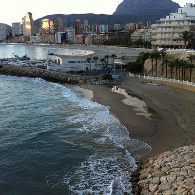 cala de Mal Pas y playa de Poniente separadas por el puerto
