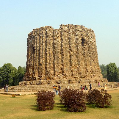 The unfinished giant minaret - Alai Minar