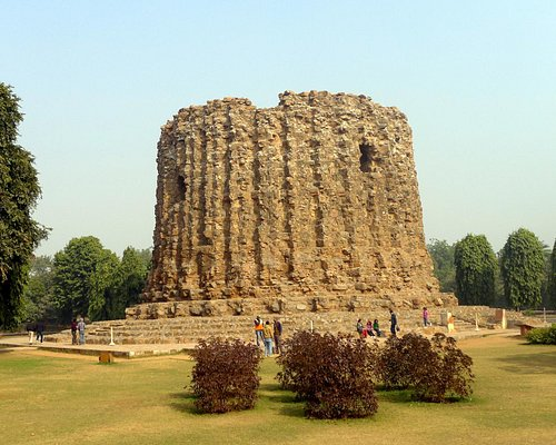 The unfinished giant minaret - Alai Minar