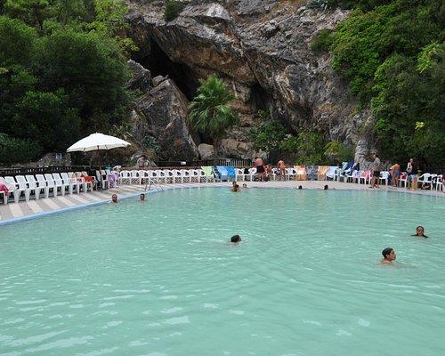 Uno scorcio della piscina termale con acqua calda, sullo sfondo la grotta da dove esce l'acqua