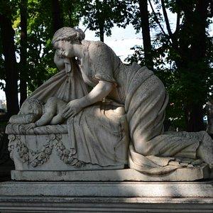 Скорбящая скульптура