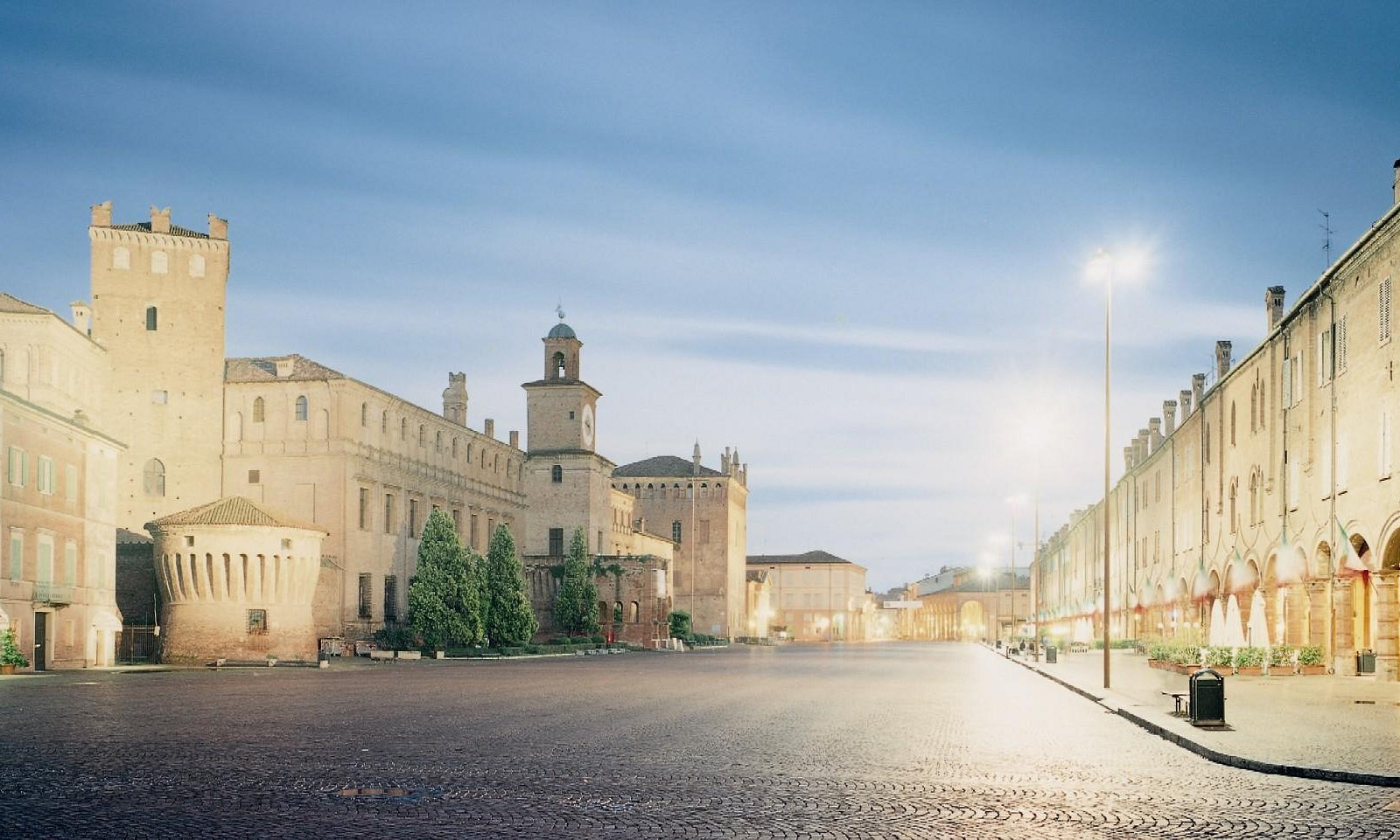 Piazza Martiri - foto di Olivo Barbieri