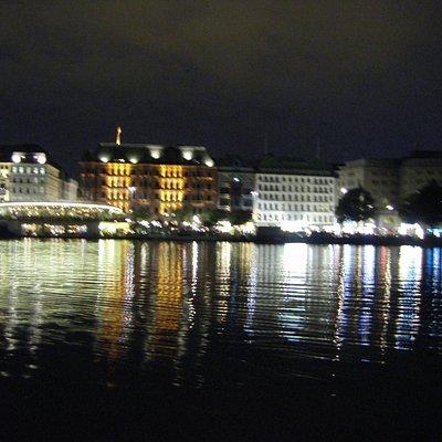 Águas do Rio Elba sob o brilho de Hamburgo à noite